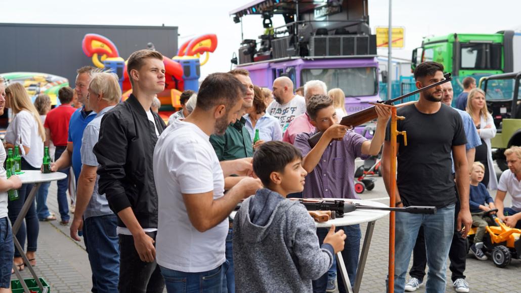 Mehrere Erwachsene und Kinder auf einem Fest